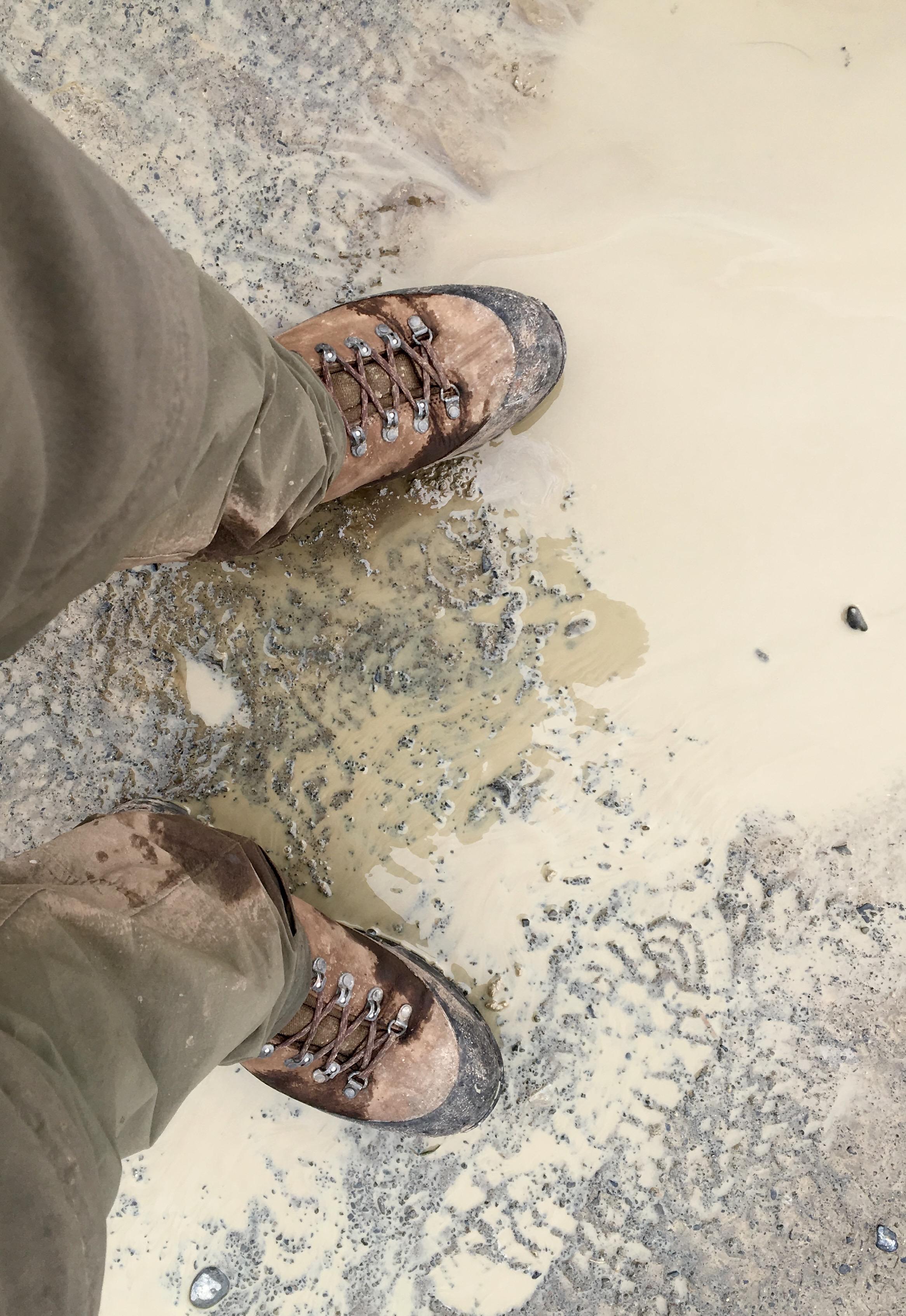 Wanderschuhe im Matsch